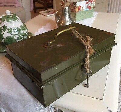 VINTAGE RETRO Quirky Old Green Cash Tin With Tucker For Your Notes!