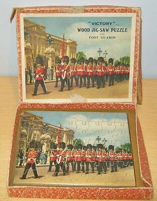 VICTORY Wooden 'FOOT GUARDS Buckingham Palace' Jigsaw Puzzle OLD Complete