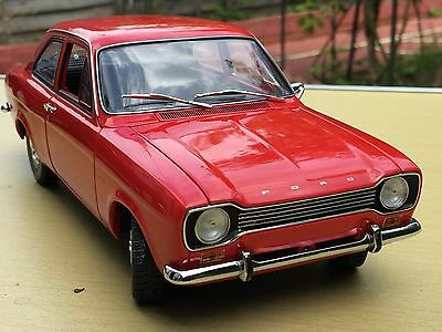 1:18 Minichamps Ford Escort Lhd Red