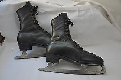 Lovely Vintage Pair Of Black Leather Ice Skates - Good For Prop Or Display