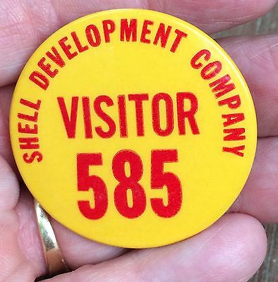 Vintage Shell Development Company Visitor PinbAck Pin Badge-Shell Oil