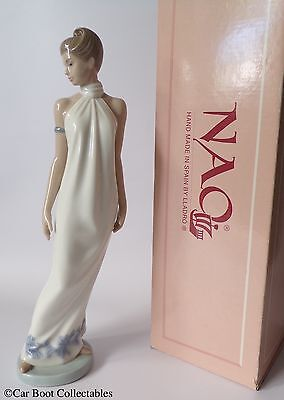 Nao by Lladro - 01205 1205 Lady Elegance figurine - Mint / Boxed