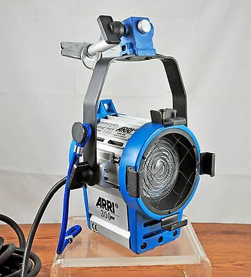 Arri 300 Plus Studio Light w/ New Sunlite 300W Halogen Lamp Bulb