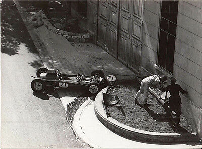SINGLE SEATER CAR No.71 STOPPED & DRIVER OUT OF CAR, PERIOD PHOTOGRAPH.