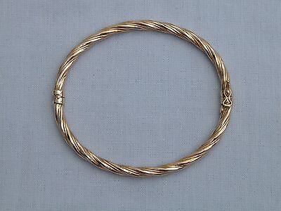 STUNNING 9CT YELLOW GOLD TWIST DESIGN HINGED BANGLE WITH SAFETY CATCH - 4.8g