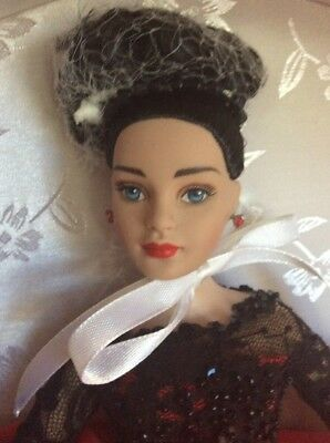 """Tonner 10"""" Tiny Kitty Collier CHRISTMAS HAT BOX KT6302 Holiday Brunette Doll"""