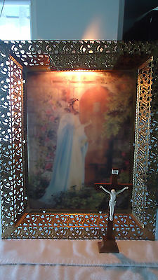 vintage 3-D HOLOGRAPHIC LIGHTED JESUS GOLD METAL FILIGREE PICTURE & wood cross