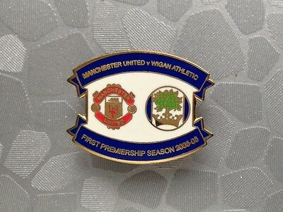 2005/06 WIGAN ATHLETIC v MANCHESTER UNITED - FOOTBALL BADGE