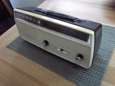 VINTAGE 1960 SANYO 6L-08 RETRO TABLE RADIO in near mint condition