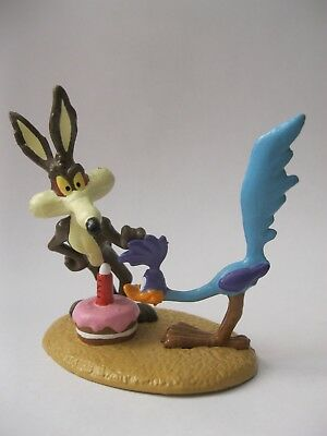 COYOTE GIVING ROAD RUNNER A CAKE stamp 1995 Applause DecoPac about 3 inch tall