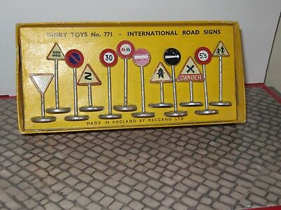DINKY INTERNATIONAL ROAD SIGNS No. 771