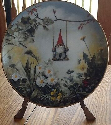 """""""Little Swinger"""" by Rien Poortvliet l980 Gnome Collector Plate w Wooden Stand"""