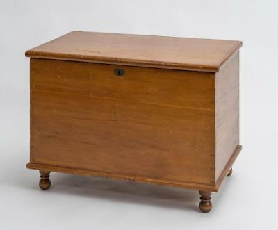 PINE BLANKET CHEST WITH FEET Lot 183