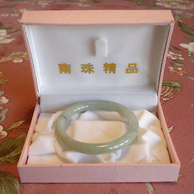 SMALL CHINESE GREEN JADE BANGLE IN GIFT BOX INSIDE DIAMETER 51mm, THICKNESS 7mm