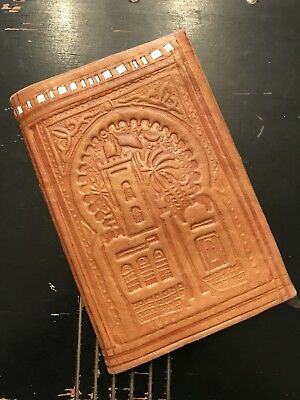 Beautiful Vintage Italian Tan Leather Embossed Bifold Wallet- Unmarked