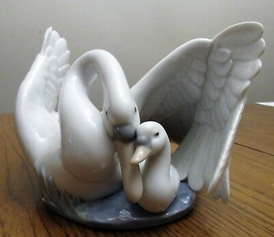 "NAO beautiful figurine ""The Little Swan"" #1358 - Mama & Baby Swan - 2000"