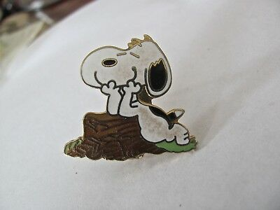 1958 snoopy syndicate United feature brooch pin with elbows on stump