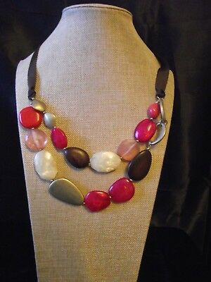 Vintage lagenlook 80s necklace shades of pink, cream, wood and brass/metal. (4)