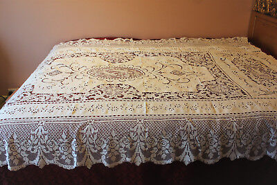 BEAUTIFUL FILET ANTIQUE LACE HAND MADE EMBROIDERED COVERLET WITH CHERUBS, 1900s.