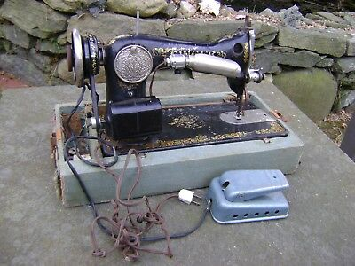Antique 1910's SINGER MANUFACTURING CO. SEWING MACHINE w/Case/Foot Pedal/Light