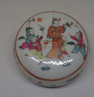 A Chinese Qing famille rose box and cover with a warrior holding a ji 戟) halbert
