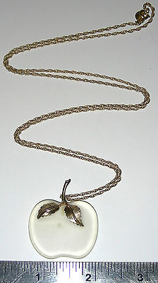 """Vintage 1970's AVON FROSTED GLASS APPLE WITH 28"""" GOLDTONE CHAIN Necklace Estate"""