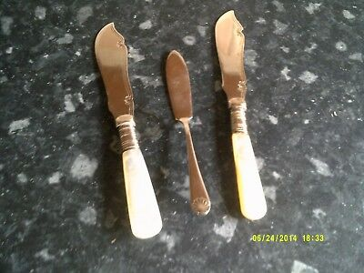 2 sivler plated butter knives . 2 with mother of pearl handles