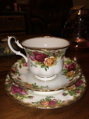 ROYAL ALBERT OLD COUNTRY ROSES TEA TRIO ENGLISH MADE 1962- 1973 Holdcroft