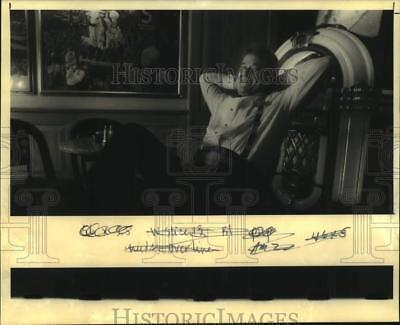 1992 Press Photo Phil Landry relaxes at his job at Holiday Inn on Loyola