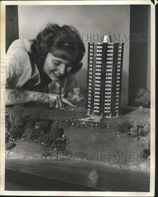 1986 Press Photo Milwaukee Hass Housing scale model Riverview public housing