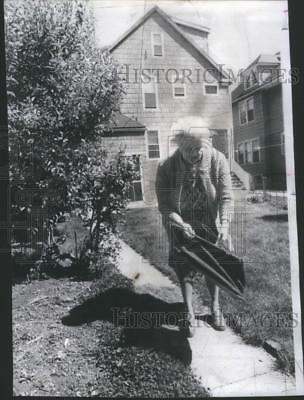 1976 Photo Mrs Comito Retrieves Grass Catcher Her Husband Used Before Being Shot