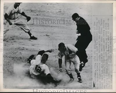 Press Photo Tigers Gerry Priddy Misses Ball, Yank Gil McDougald Is Safe At 2nd
