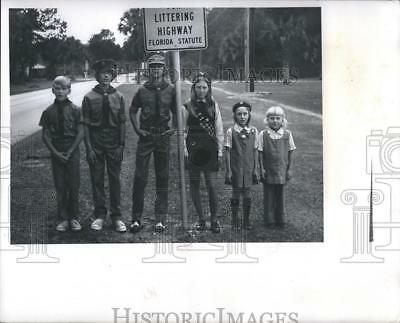 1974 Press Photo Boy Scouts and Girl Scouts Join in Inglis Clean-Up  - RSH12171