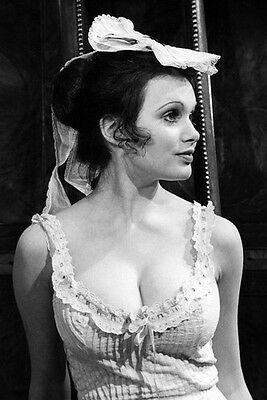 Madeline Smith 11x17 Mini Poster Vollbusige in Low Cut Vintage Kleid
