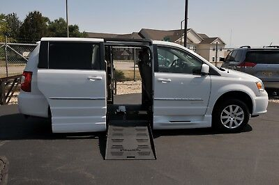 2015 Chrysler Town & Country WHEELCHAIR ACCESSIBLE HANDICAP VAN 2015 CHRYSLER TOWN AND COUNTRY BRAUNABILITY WHEELCHAIR HANDICAP CONVERSION VAN
