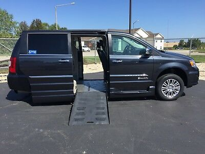 2013 Chrysler Town & Country WHEELCHAIR ACCESSIBLE HANDICAP VAN 2013 CHRYSLER TOWN AND COUNTRY BRAUNABILITY WHEELCHAIR HANDICAP CONVERSION VAN