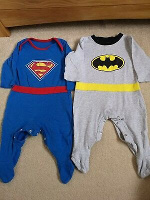 *** 3-6 Baby Boy Batman & Superman Sleepsuits With Capes ***