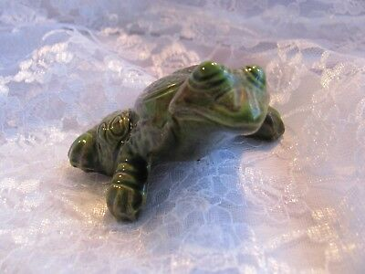 VINTAGE REALISTIC LOOKING CERAMIC FROG TOAD UNMARKED With Oak Leaf and ? Belly