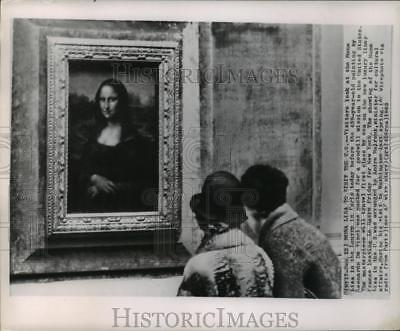 1962 Press Photo Mona Lisa To Visit U.S.-Visitors eye her in the Louvre, Paris
