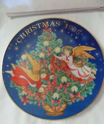 "Avon 1995 Christmas Plate ""Trimming the Tree"", in original box"