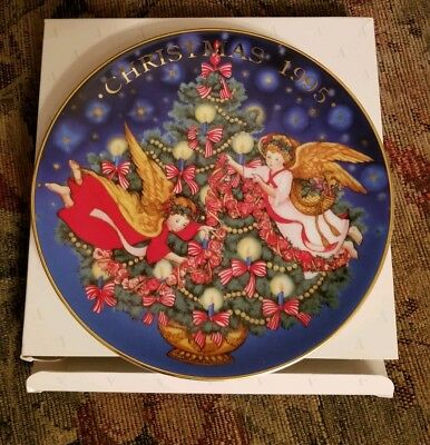 "Avon Collector Plate  1995 Christmas ""Trimming the Tree"" with Box"