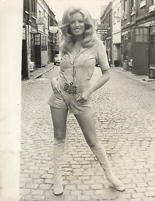 Sue Gerrard, actress. Kensington Mews, 1971. Superb vintage press photo. B258