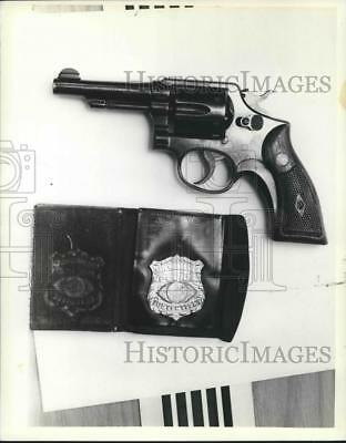 1981 Press Photo Milwaukee Police Department Detective Badge and Revolver Gun