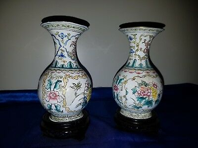 Chinesische Emaille-Vase Metall floral mit Holzsockel Chinese Enameled Vase 2 St