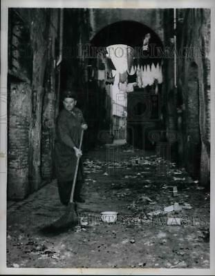 1960 Press Photo Man sweeping at Trastvere section of old Rome, Italy