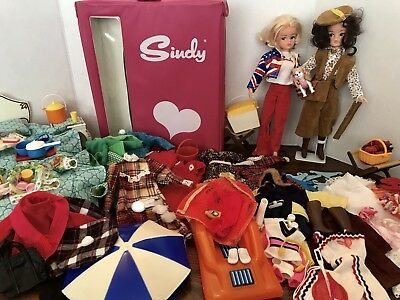 VINTAGE 2 PEDIGREE SINDY DOLL/ACCESSORIES/Furnishings /CASE /CLOTHES