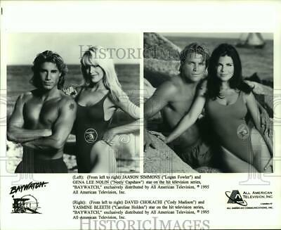 "1995 Press Photo Cast of the television series ""Baywatch"" on the beach"