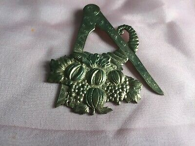 Masonic metal calliper and horn of plenty jewel marked Remembrance 8323