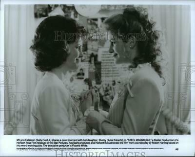 1989 Press Photo Sally Field and Julia Roberts in a scene from Steel Magnolias.
