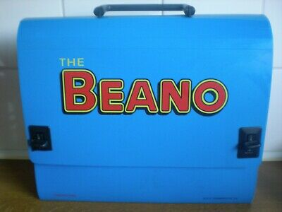 The Beano Satchel and four annuals. Beano, Dennis The Menace.